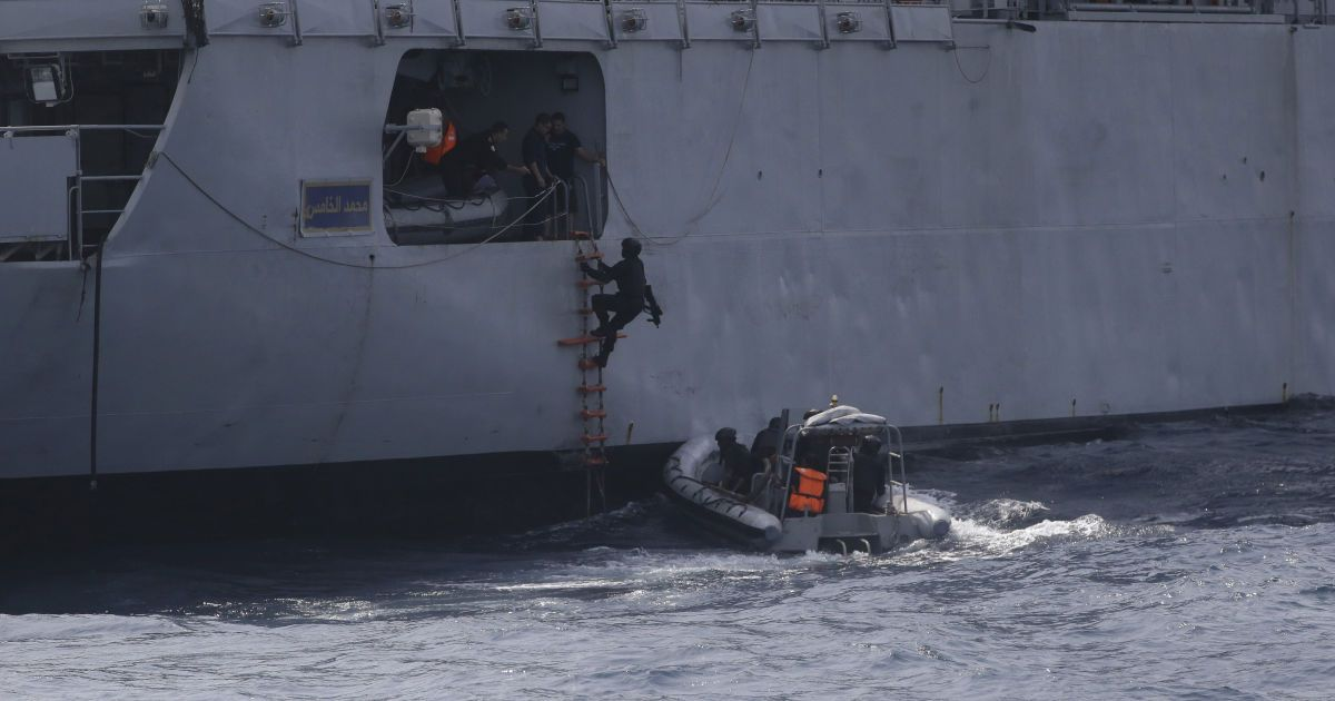 У берегов Нигерии пираты похитили с судна 10 моряков, среди них один украинец