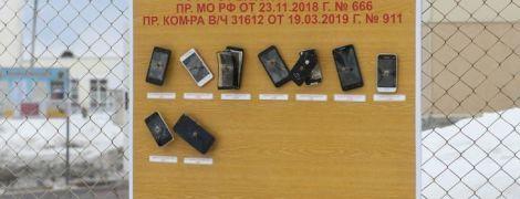 В Сети распространяют фото прибитых к доске смартфонов российских солдат