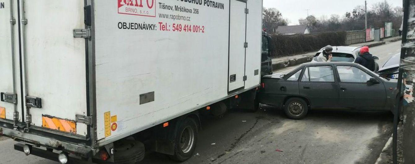 В Киеве грузовик без тормозов въехал в пассажирскую маршрутку и четыре автомобиля