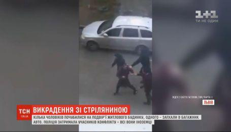 В спальном районе Львова произошла стрельба и похищение человека