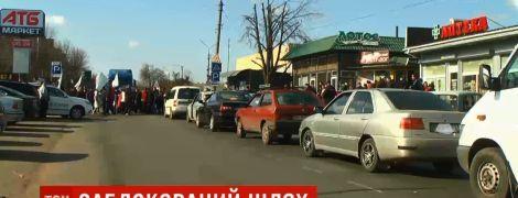 В Николаевской области люди перекрыли дорогу и подрались с водителями