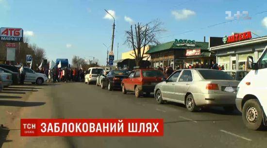 У Миколаївській області люди перекрили трасу і побилися з водіями