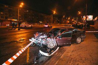 В Киеве BMW после столкновения с другим автомобилем вылетел на остановку с людьми