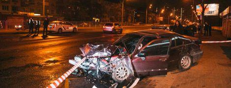 У Києві BMW після зіткнення з іншим авто вилетів на зупинку з людьми