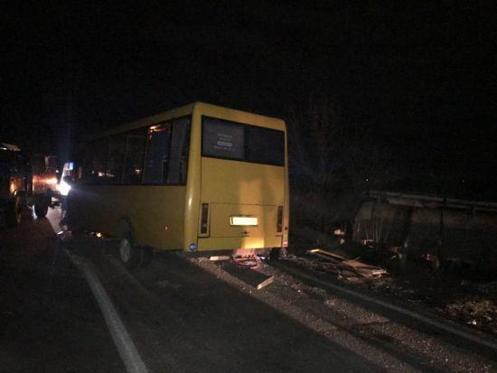 """На трасі """"Одеса-Миколаїв"""" вантажівка зіткнулась з маршруткою: пасажирів довелося евакуювати"""