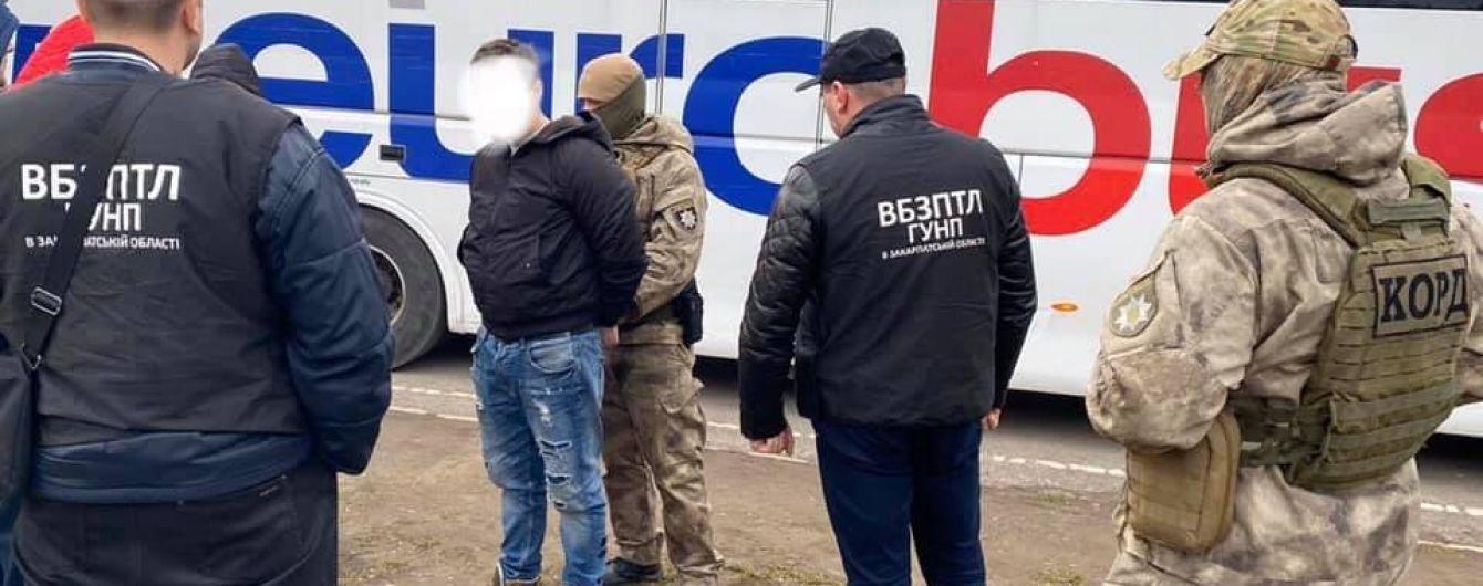 На Закарпатье задержали мужчину, который продавал девушек в дома разврата