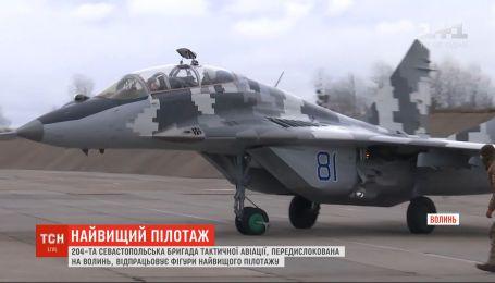Севастопольская бригада тактической авиации отрабатывает фигуры высшего пилотажа на Волыни