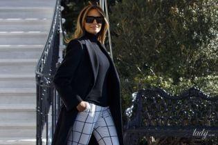 У картатих штанях і не на підборах: Меланія Трамп обрала для перельоту стильний лук