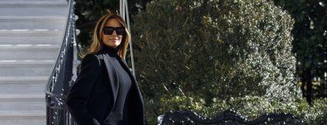В клетчатых брюках и не на каблуках: Мелания Трамп выбрала для перелета стильный лук