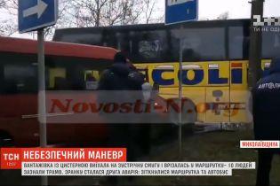 У Миколаєві зіткнулися міжнародний автобус та міська маршрутка: п'ятеро людей зазнали травм
