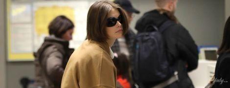 Жизнь на чемоданах: Кайю Гербер сфотографировали в аэропорту Милана