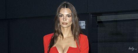 В маленьком красном платье с сексуальным декольте: Эмили Ратажковски на Миланской неделе моды