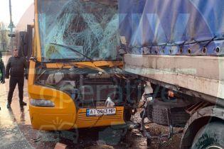 12 травмированных. В полиции рассказали, как в Киеве автобус врезался в грузовик