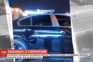 Легковушку с детьми, оставленными отцом в салоне, эвакуировали в Киеве