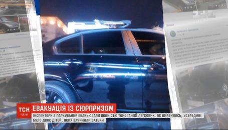Легковик із дітьми, залишеними батьком в салоні, евакуювали в Києві
