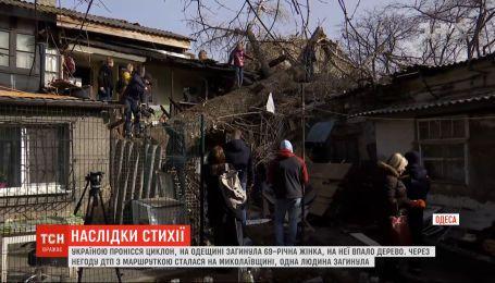 Викорчувані дерева і зірвані дахи: потужний циклон вирував в Україні