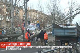 Повалені дерева, потрощені машини й будинки: Україна оговтується від буревію