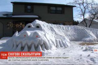 Американец слепил из снега гигантские скульптуры аллигатора и акулы на своем дворе