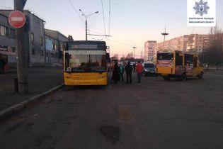 В Николаеве водитель маршрутки ехал задним ходом и столкнулся с троллейбусом
