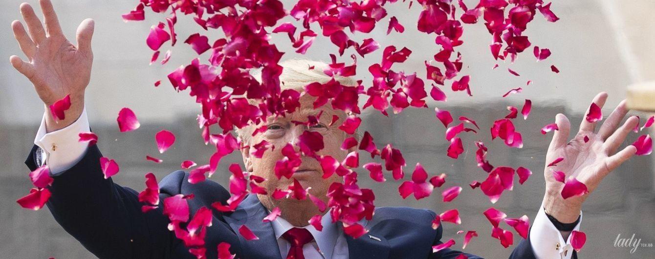 Салют из лепестков роз: Дональд и Мелания Трампы почтили память Махатмы Ганди