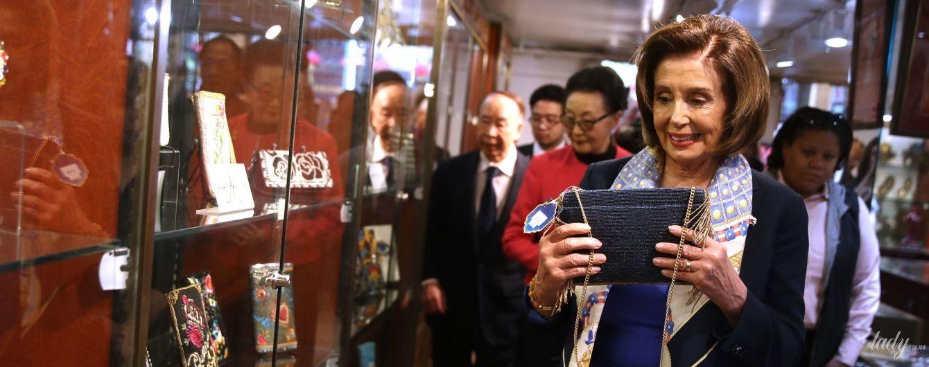Присмотрела сумку: спикер палаты представителей США Нэнси Пелоси на китайском рынке