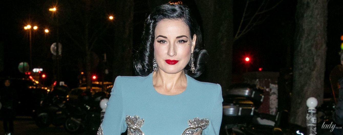 В платье с эффектным разрезом: бурлеск-дива Дита фон Тиз на выставке в Париже