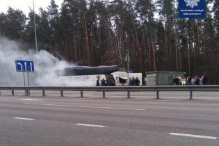 На въезде в столицу горел автобус с пассажирами