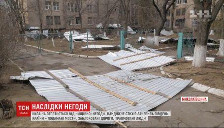 Травмированные люди и заблокированные дороги: Украина оправляется от сокрушительной непогоды