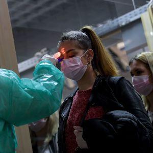 Спалах коронавірусу у світі: на Закарпатті у жінки в мікроавтобусі з Італії виявили високу температуру