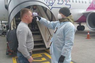 """Борьба с коронавирусом: в аэропорту """"Киев"""" показали, как проверяют пассажиров из Италии"""