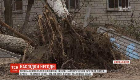 Унаслідок потужного буревію п'ятеро людей травмувались у Херсоні