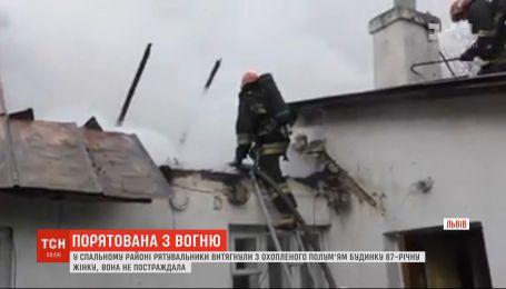 С горящего дома во Львове вытащили 87-летнюю женщину