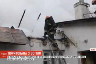 З охопленого вогнем будинку у Львові витягли 87-річну жінку