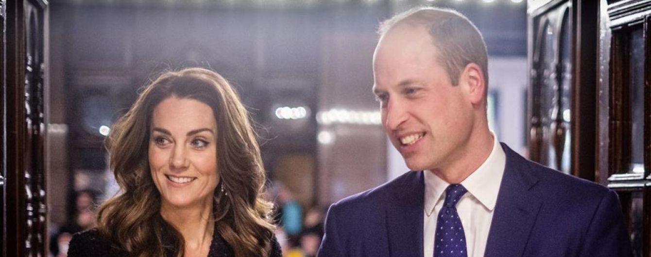 Принц Вільям та Кейт у чорній твідовій сукні та діамантових сережках відвідали театр