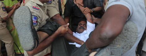 В індійській столиці під час масових заворушень загинули 20 осіб, ще майже 200 постраждали. Протести у фото