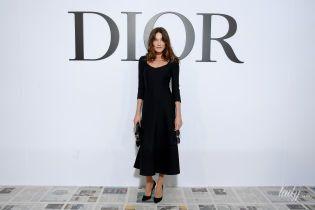 В элегантном платье и потертых лодочках: Карла Бруни на модном шоу в Париже