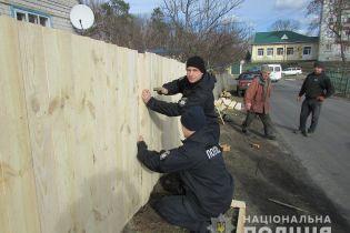 Поліцейські допомогли відбудувати паркан пенсіонерів, який був зруйнований під час сутичок у Нових Санжарах