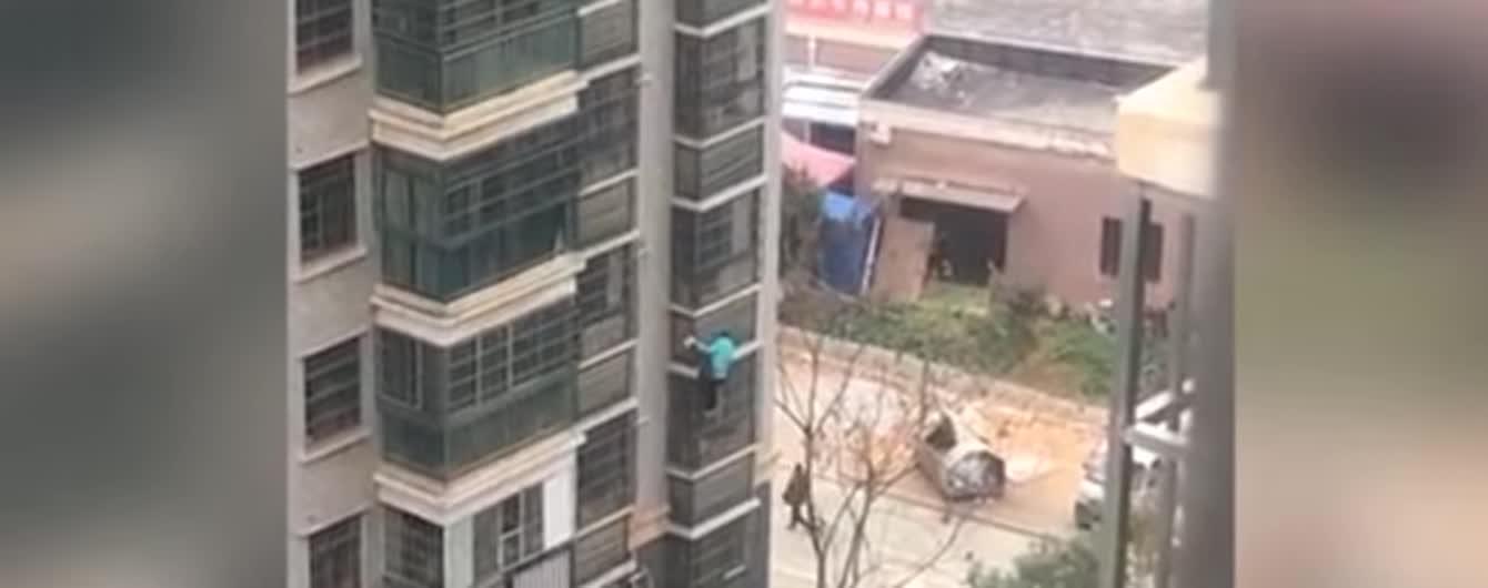 Убегала из карантина: в Ухане пенсионерка спустилась по балконам с восьмого этажа с лапшой в руках