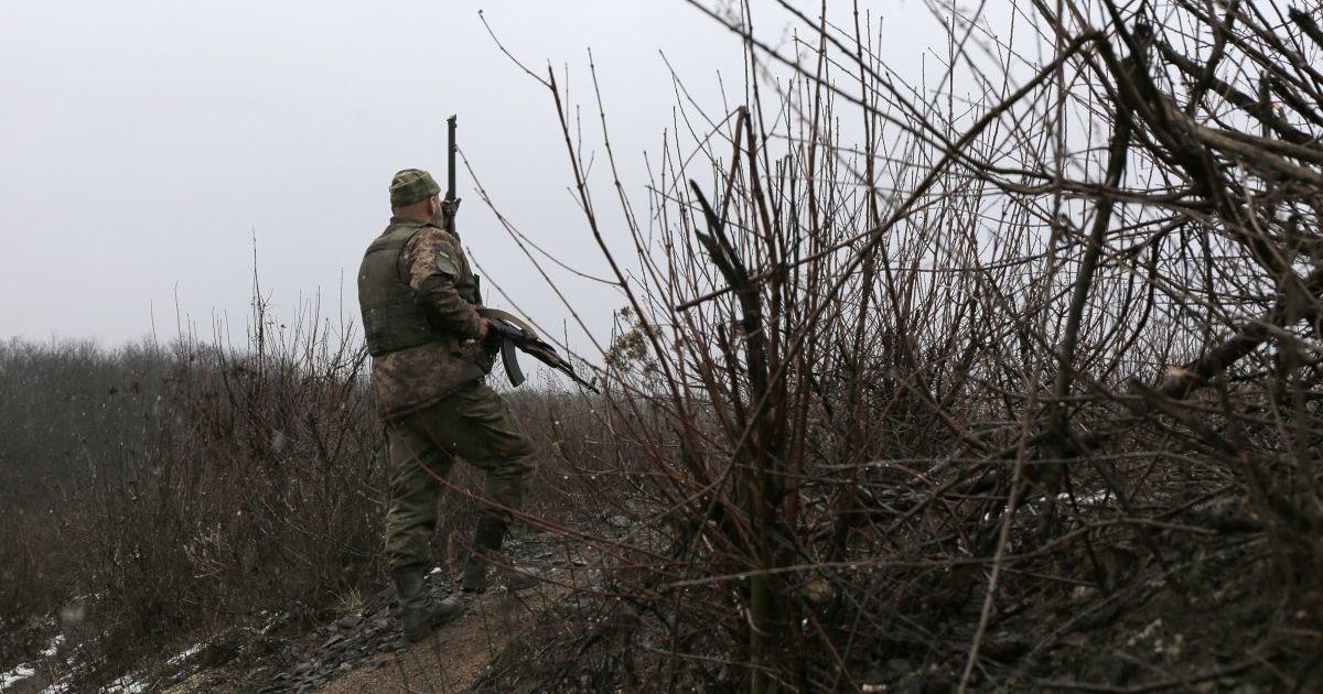 """Окупанти на Донбасі тричі порушили режим """"тиші"""": наші військові відповіли на атаку снайпера"""