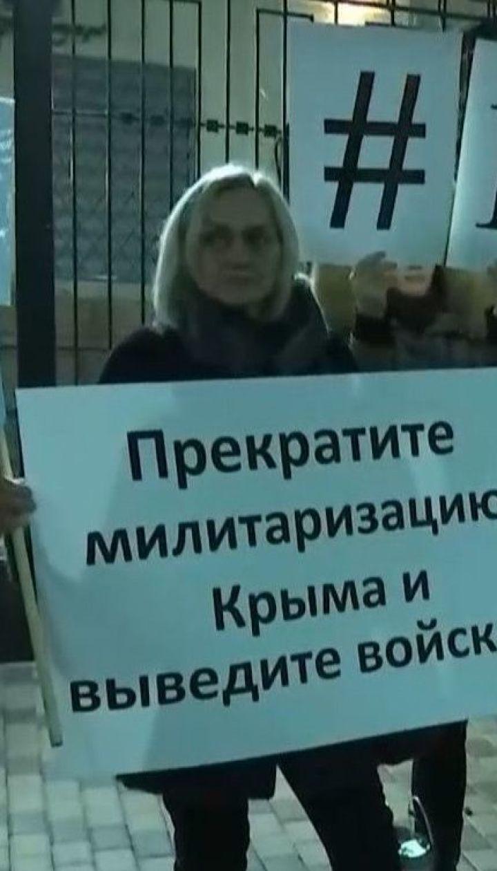 Под посольством России продолжается акция, где объявили 6 требований к агрессору в отношении оккупированного Крыма
