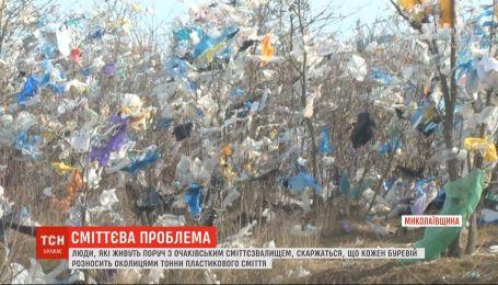 Буревій розніс тонни пластикового сміття зі сміттєзвалища у Миколаївській області