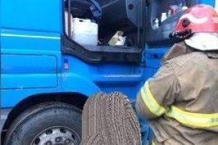 В Киеве кабина раздавила насмерть водителя, который полез ремонтировать фуру
