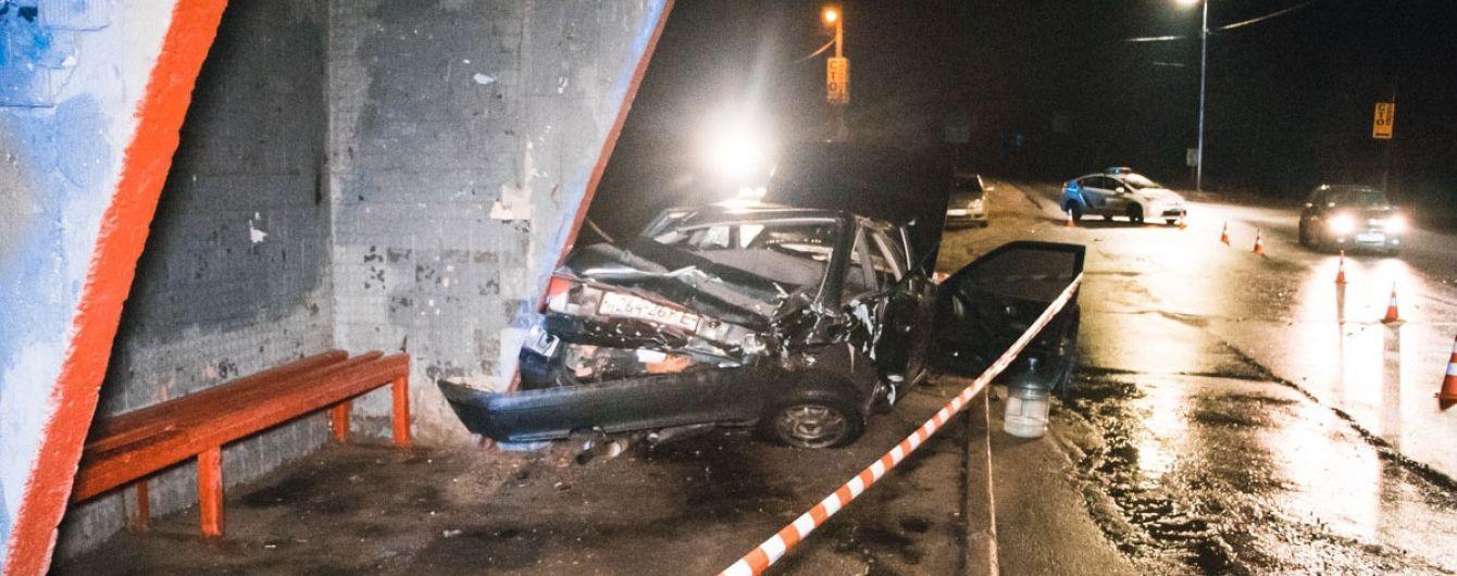 В Киеве произошла авария, одну из машин отбросило на остановку. Есть пострадавшие