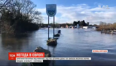 Непогода в Европе: Великобритания страдает от наводнений, а Бельгию накрыл снегопад