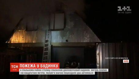 Двухэтажный дом загорелся в спальном районе Киева