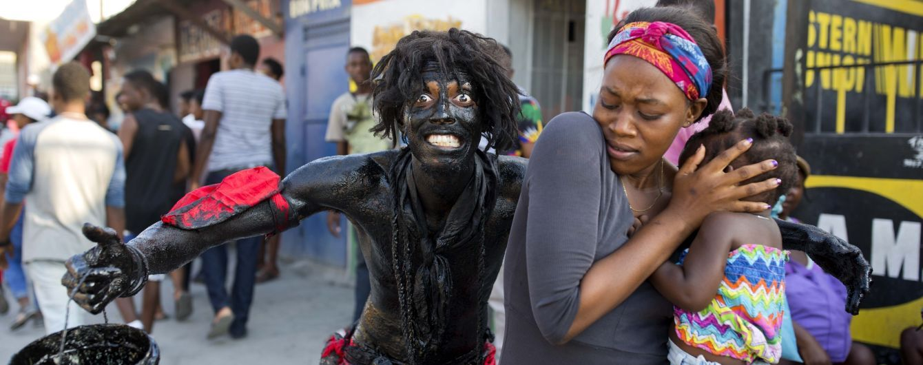 Во время карнавала на Гаити неизвестные стреляли из автоматов, есть раненые