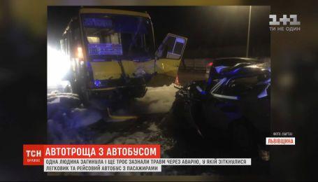 В результате столкновения легковушки с автобусом на выезде из Львова погиб один человек