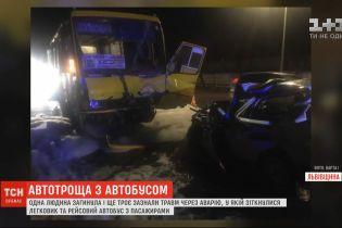 Внаслідок зіткнення легковика з автобусом на виїзді зі Львова загинула одна людина
