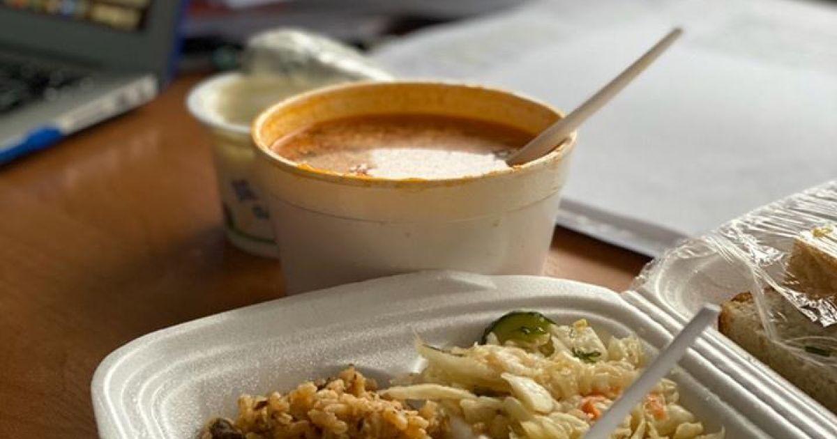 Шматок ковбаси, плов і борщ у склянці. Скалецька показала, що їдять на обід на обсервації у Нових Санжарах