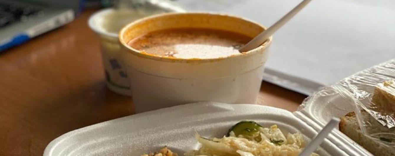 Кусок колбасы, плов и борщ в стаканчике. Скалецкая показала, что едят на обед на обсервации в Новых Санжарах